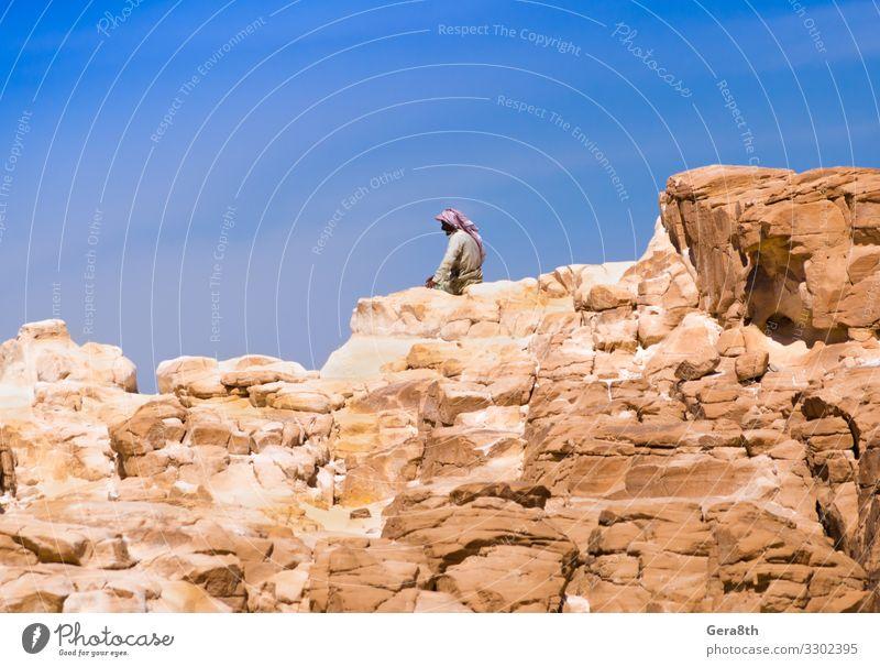 Beduine sitzen auf dem Gipfel eines hohen Felsens in Ägypten Erholung ruhig Ferien & Urlaub & Reisen Sommer Berge u. Gebirge Mensch Mann Erwachsene Natur