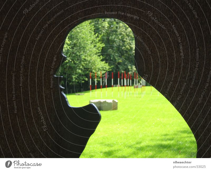 Neanderthaler 1 Mensch Sonne grün Wiese Park Kunst Kunstwerk Vorfahren