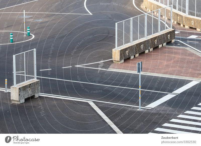 Verkehrsbedürfnisse (4) Arrecife Lanzarote Platz Straßenkreuzung Kreisverkehr Straßenverkehr Asphalt fahren trist grau weiß Ordnungsliebe Einsamkeit Genauigkeit