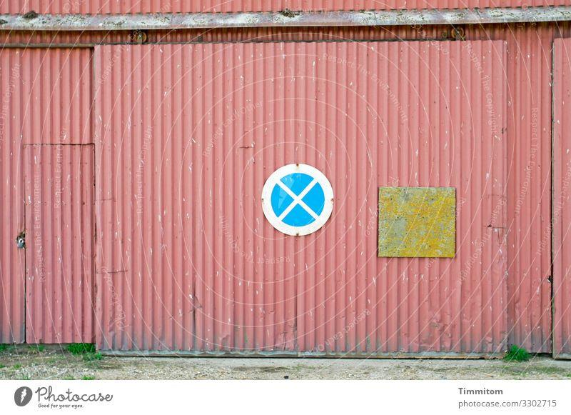 Verkehrsschild, matt Scheune Scheunentor Fassade Verkehrszeichen Holz Metall Zeichen Schilder & Markierungen alt trashig blau gelb grün rot Halteverbot Farbfoto