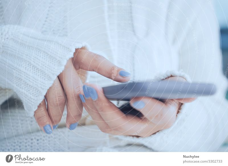 Nahaufnahme von Frauenhänden per Smartphone bei kaltem Wetter Hintergrund schön Weihnachten Bekleidung Konzept gemütlich Mode Finger frisch gefroren Fell