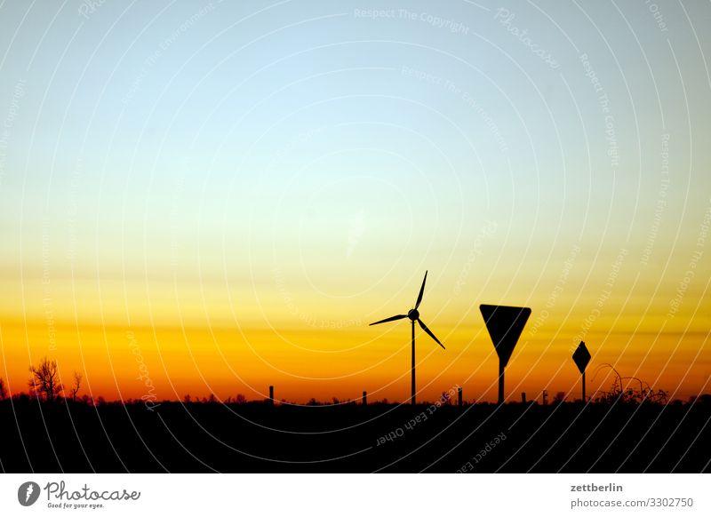Landschaft mit Windkraft Dorf Dämmerung Ferne Horizont Mecklenburg-Vorpommern Menschenleer Ostsee Rügen Sonne Sonnenuntergang Textfreiraum Windkraftanlage Rotor
