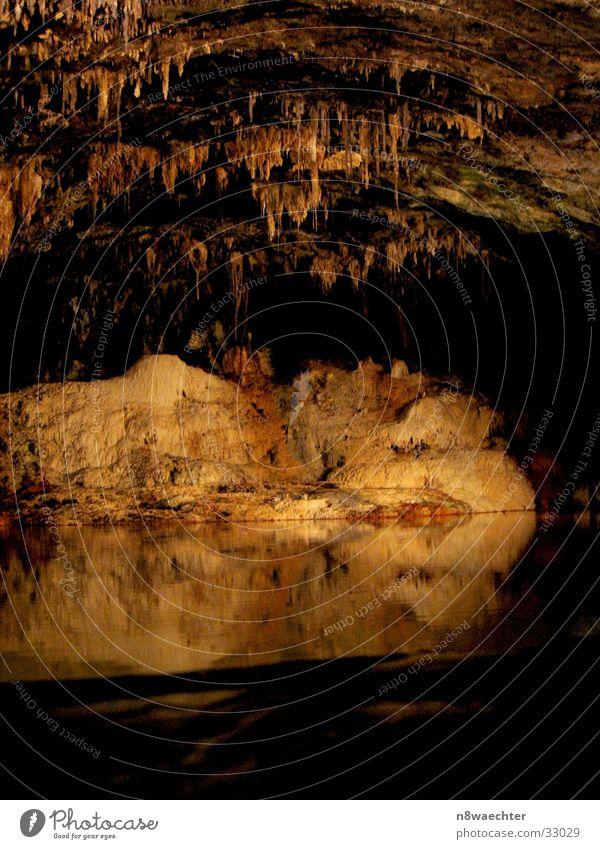 Quellgrotte 2 Höhle Reflexion & Spiegelung dunkel Tropfsteine unterirdisch einzigartig schön Thüringen Wasser Stalagniten Stalagtiten Saalfeld