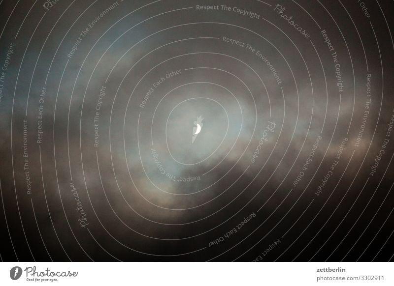 Mond zunehmender mond Mondschein Sichelmond Himmel Himmel (Jenseits) Wolken dunkel Abend Dämmerung Feierabend Loch Wolkenloch Menschenleer Textfreiraum Weltall