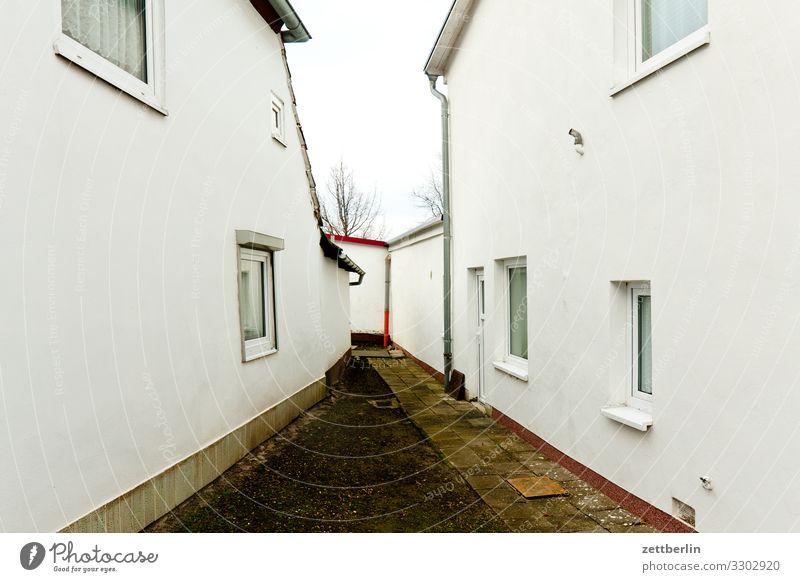 Zwischen zwei Häusern Dorf Fischerdorf Mecklenburg-Vorpommern Rügen Ferien & Urlaub & Reisen Haus Häusliches Leben Wohnhaus Ferienhaus Durchgang Durchblick Gang