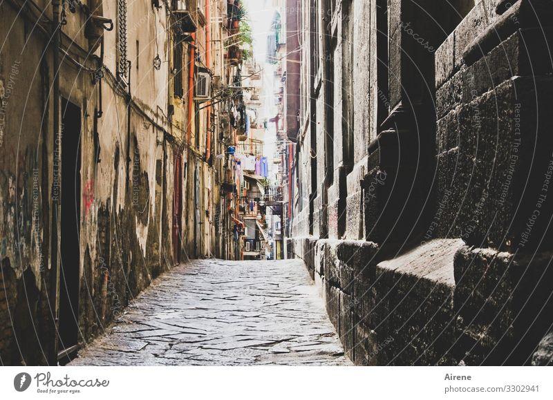 Verheißung Städtereise Entertainment Neapel südländisch Hafenstadt Stadtzentrum Altstadt Haus Straße Häuserzeile Kopfsteinpflaster dunkel Lebensfreude