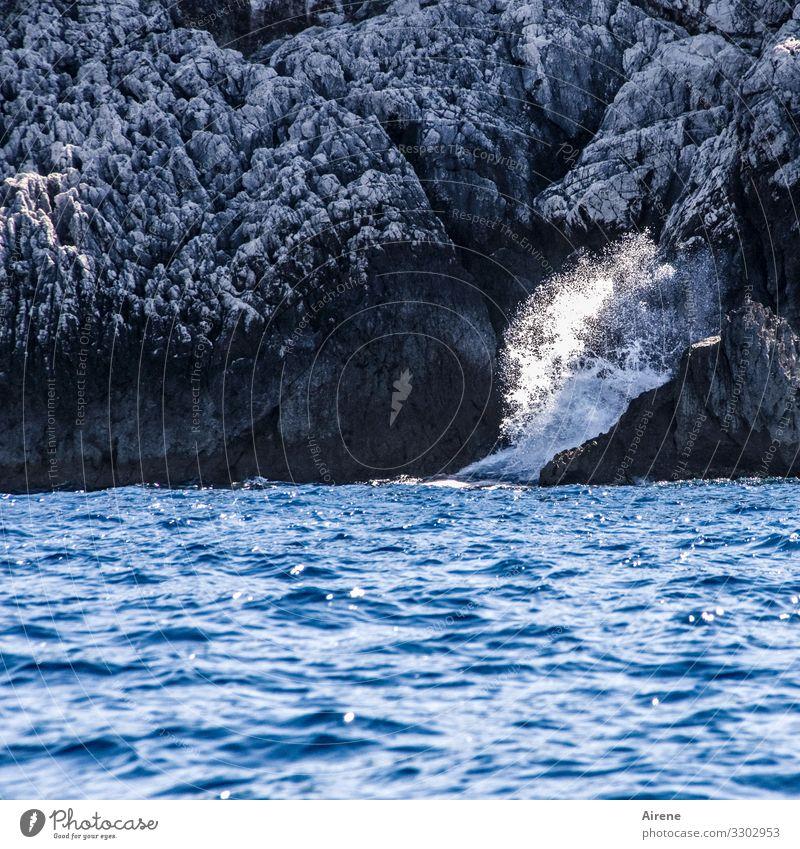 Zeit für eine kühle Dusche - Naturbecken mit malerischen Felsen und viel blauem Meer Gischt Wellen Klippen Steilküste maritim Brandung gewaltig Kraft Wellengang