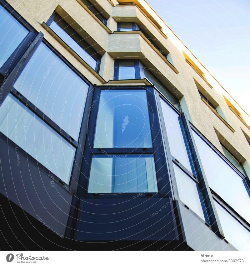 oben wird's heller Haus Gebäude Fassade Fenster blau gelb Neigung Fensterfront Bürogebäude Neubau nobel Stadt kalt Business Ecke Erker Erkerfenster