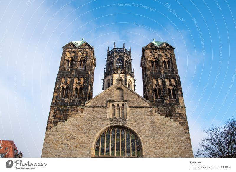 herausragend Froschperspektive Silhouette Tag Hintergrund neutral Menschenleer Außenaufnahme Farbfoto Ewigkeit Symmetrie altehrwürdig Christentum blau weiß