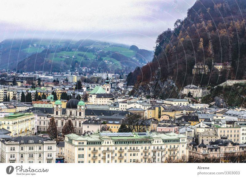 an einem dunklen Tag Stadt Altstadt Architektur Fassade Sehenswürdigkeit dunkel trist Salzburg Kirche Platz Klassizismus Kloster Mozart Hügel Winter
