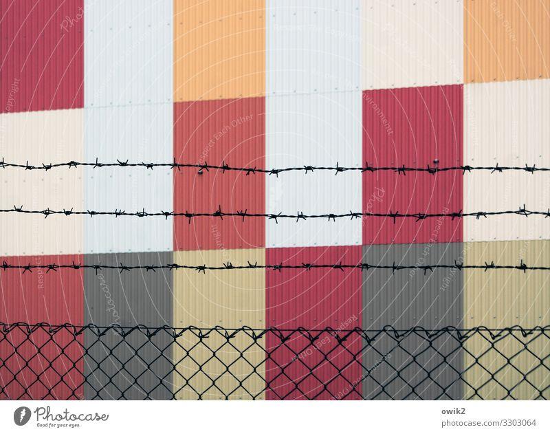 Kulturbanausen Kunst Mauer Wand Fassade Stacheldrahtzaun Zaun Maschendraht Metall eckig einfach modern Spitze stachelig grau orange rot weiß Desaster Design