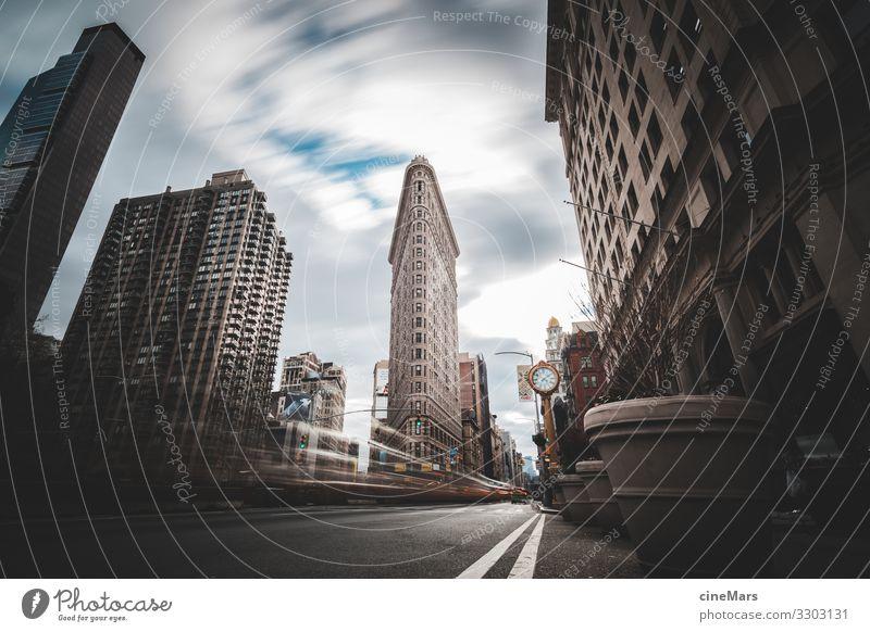 Manhattan alive Stadt Hauptstadt Hafenstadt Stadtzentrum Hochhaus Gebäude Fenster Verkehr Straßenverkehr Autofahren Schienenverkehr Bahnfahren Straßenbahn