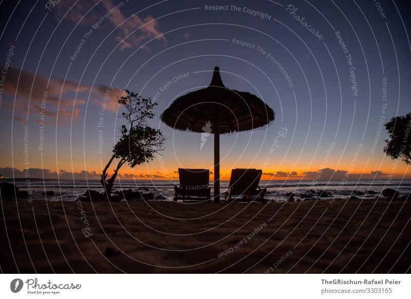 Sonnenschirm und Liegestühle am einem Strand in Mauritius Farbfoto Außenaufnahme Wasser Sommer Erholung Abendstimmung Ferien & Urlaub & Reisen Natur Sand Meer