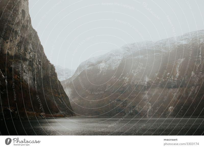 Landschaft in Norwegen Natur Außenaufnahme Berge u. Gebirge Wasser Farbfoto Fjord Menschenleer Ferien & Urlaub & Reisen Skandinavien Himmel Erholung Wolken