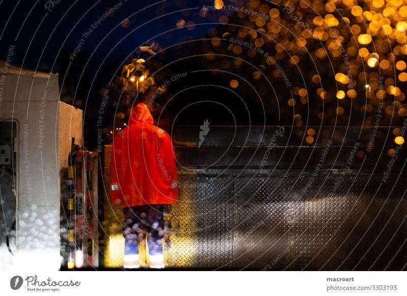 Fährmann Fähre ferry Überfahrt Autofenster Windschutzscheibe Autofahren dunkel Regen gruselig regencape Regenjacke Skandinavien Nacht Lichtschein Scheinwerfer