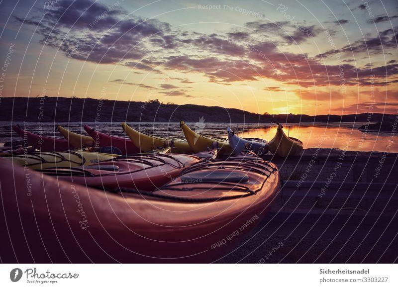 Kajaks bei Sonnenuntergang Wassersport Wolken Sonnenaufgang Sommer Schönes Wetter Hügel Küste Bucht Zufriedenheit Gelassenheit ruhig Schweden Farbfoto
