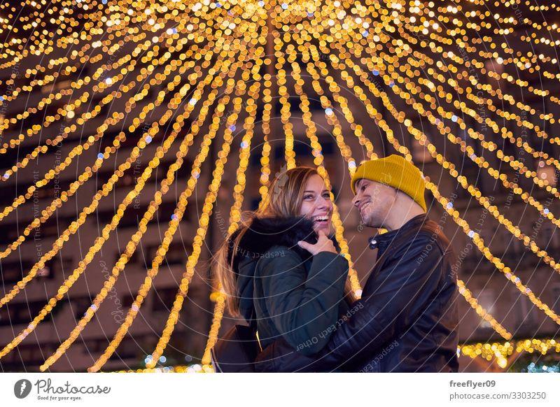 Junges Paar in den Weihnachtslichtern von Vigo Glück schön Ferien & Urlaub & Reisen Winter Dekoration & Verzierung Feste & Feiern Mensch Baum Stadt Gebäude