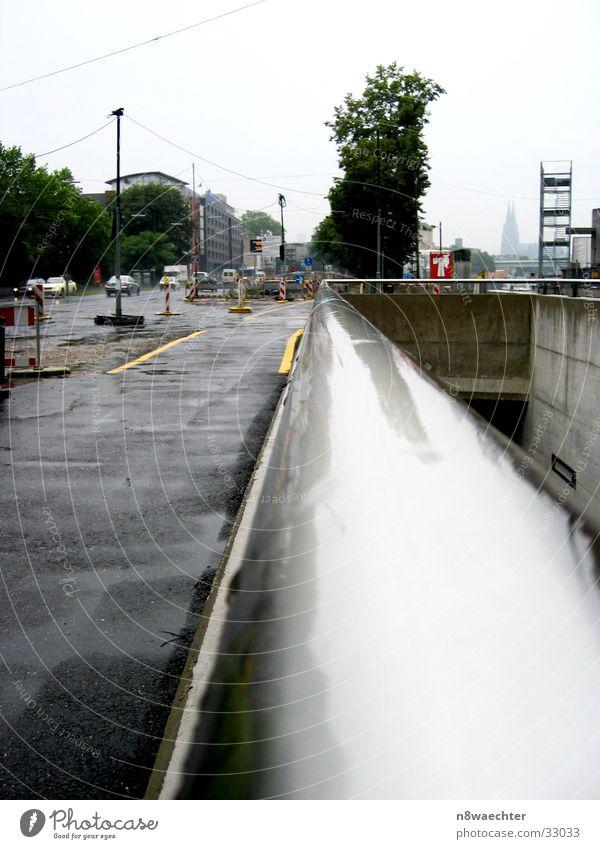 Monorail Ferne Regen glänzend nass trist Baustelle Stahl Dom Ampel Straßenverkehr Fluchtpunkt