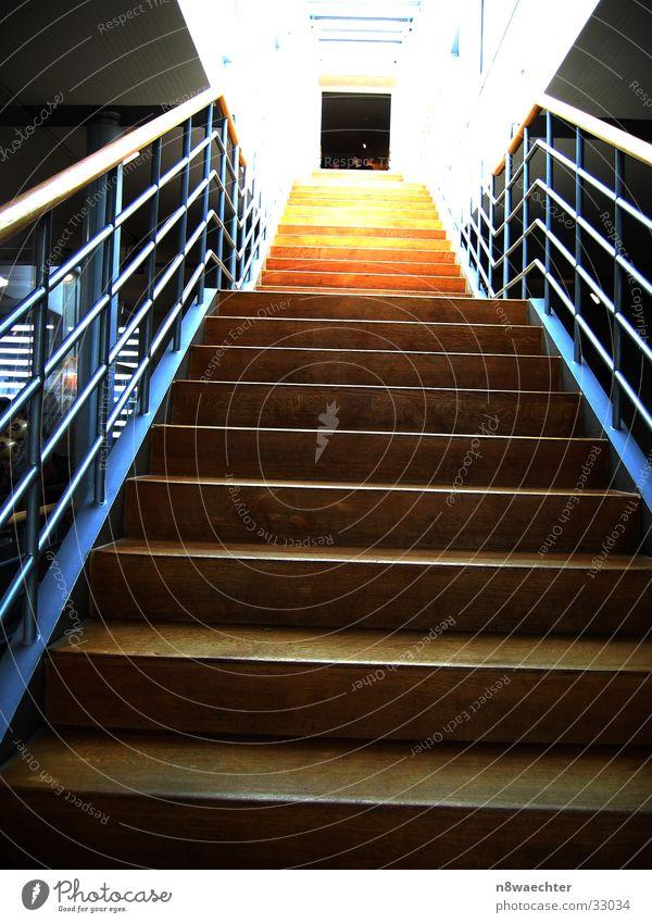 Treppe der Erleuchtung blau gelb Ferne braun Beleuchtung Architektur Tür hoch Perspektive Niveau Unendlichkeit Loch aufwärts Geländer