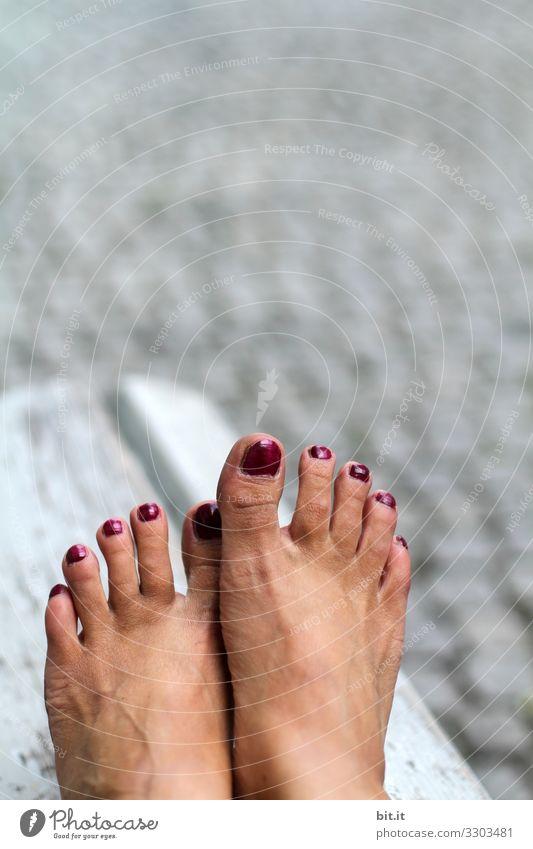 Hautsache l Sonnenbad für die Füße... Frau Mensch Jugendliche nackt schön Erwachsene feminin Fuß Kopfsteinpflaster Barfuß Nagellack Füße hoch