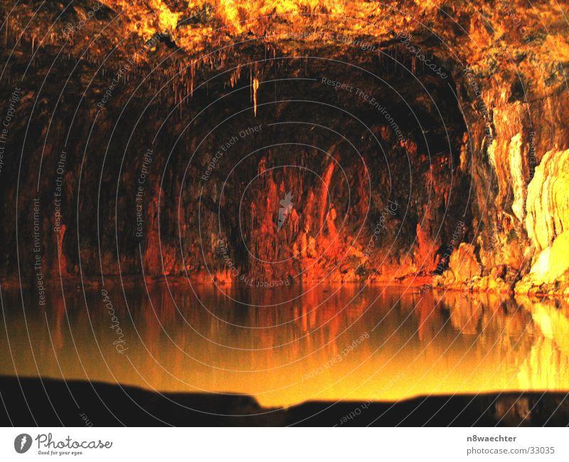 Quellgrotte 3 Höhle Reflexion & Spiegelung dunkel Tropfsteine unterirdisch einzigartig schön Thüringen gelb Wasser Stalagniten Stalagtiten Saalfeld Alaun