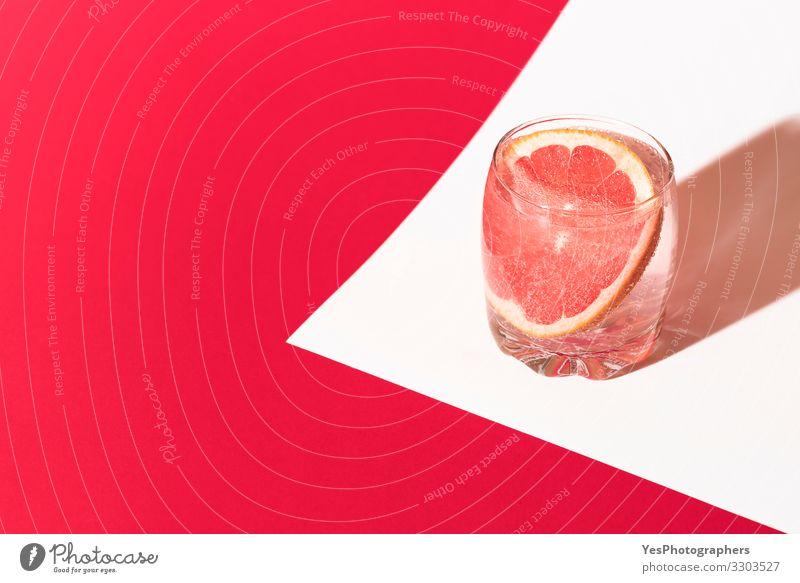 Kaltes Grapefruitgetränk. Pinkes Getränk. Grapefruitwasser. Cocktail Erfrischungsgetränk Trinkwasser Limonade Glas Wellness rot Zitrusfrüchte farbenfroh