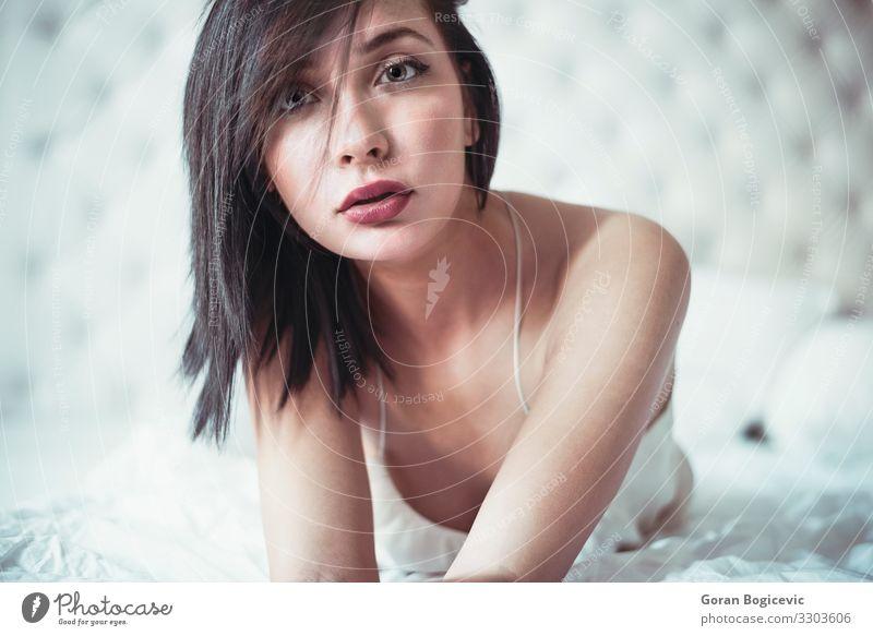 Attraktive Frau im Bett Lifestyle schön Gesicht Schlafzimmer Mensch feminin Junge Frau Jugendliche Erwachsene 1 18-30 Jahre Mode Unterwäsche brünett weiß jung