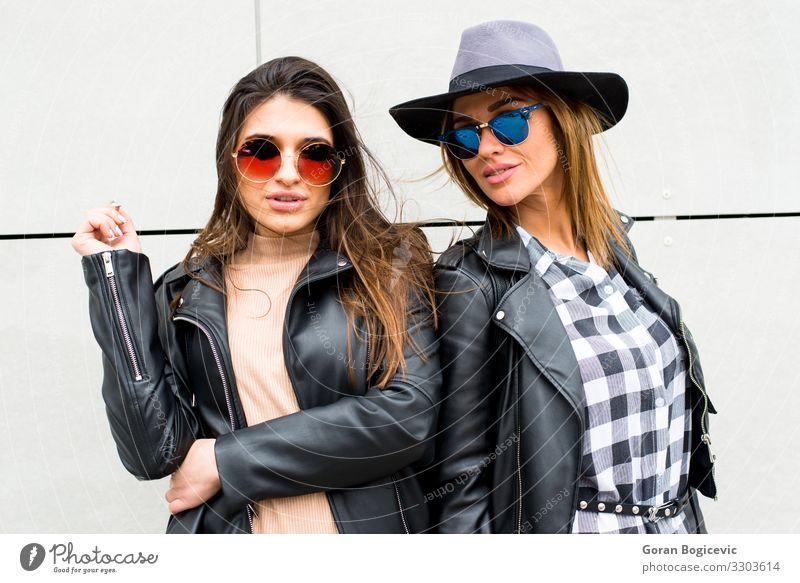 Zwei junge, moderne Mädchen auf der Straße Lifestyle Stil schön Mensch feminin Junge Frau Jugendliche Erwachsene Freundschaft 2 18-30 Jahre Mode Bekleidung