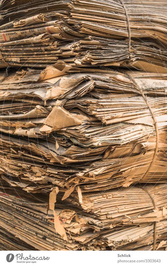 Daten Museum Archiv Printmedien alt braun grau Verfall Vergangenheit Vergänglichkeit Zeit Zeitungen Stapel Zeitungsstapel uralt Bündel Ecke Staub Schmutz