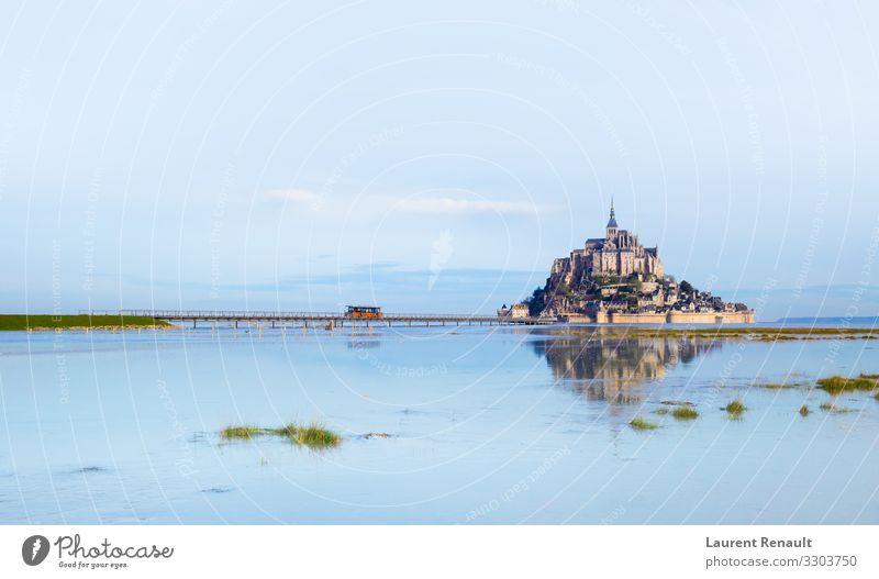 Mont-Saint-Michel im Morgenlicht Ferien & Urlaub & Reisen Tourismus Meer Insel Landschaft Kirche Burg oder Schloss Brücke Architektur Denkmal blau Frankreich