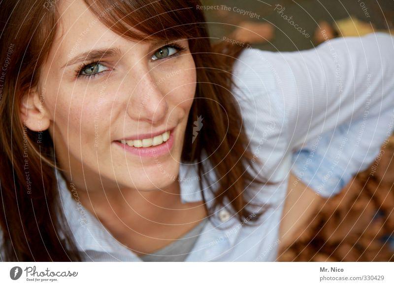 beautiful feminin Gesicht 1 Mensch 18-30 Jahre Jugendliche Erwachsene Hemd Haare & Frisuren langhaarig Lächeln schön Glück Zufriedenheit Lebensfreude