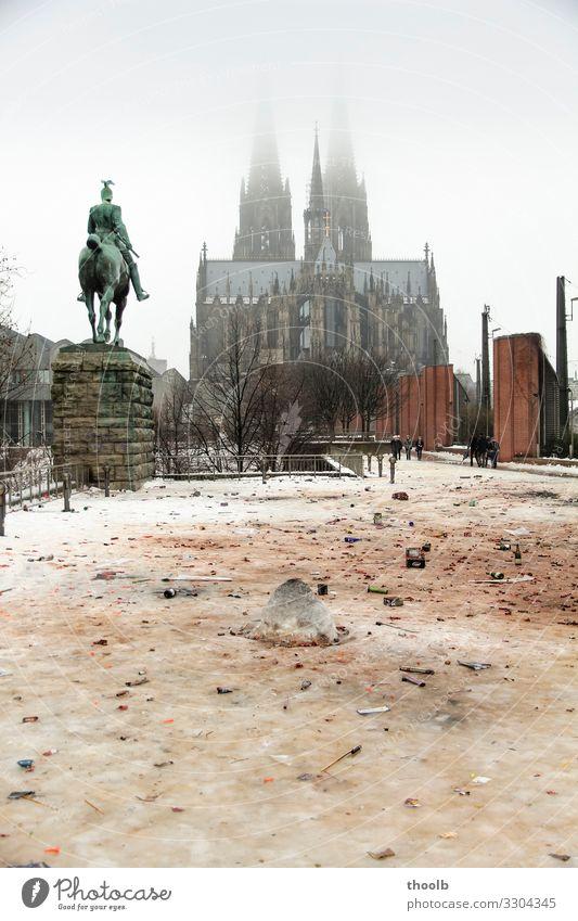 Reste von Silvester im Schnee am Kölner Dom Winter Silvester u. Neujahr Kunst Skulptur Architektur Kultur Party Umwelt Klima Klimawandel Nebel Stadt Kirche