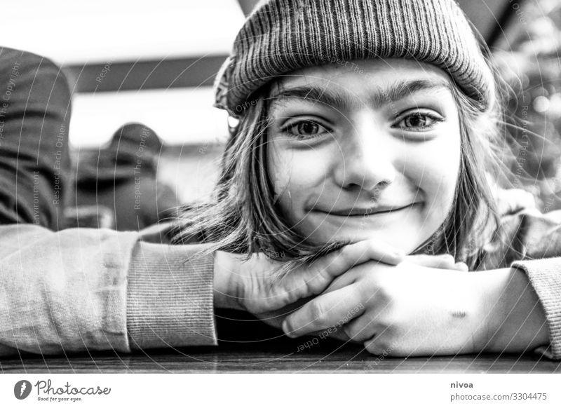 schwarz weiss portrait eines Jungen Mütze Schwarzweißfoto Lächeln Porträt 1 Mensch Tag Gesicht schön natürlich Fröhlichkeit Außenaufnahme Glück langhaarig