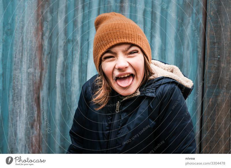 Junge schneidet Grimasse Kind Mensch Jugendliche Winter Gesicht Wand Spielen Mauer Fassade Ausflug Freizeit & Hobby maskulin Metall Kindheit Fröhlichkeit