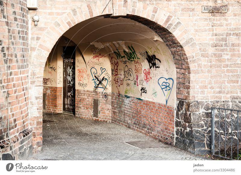 tunnelblick. Stil Medienbranche Kunst Brandenburg an der Havel Stadt Stadtzentrum Menschenleer Haus Tunnel Gebäude Mauer Wand Fassade Tür Wege & Pfade Graffiti