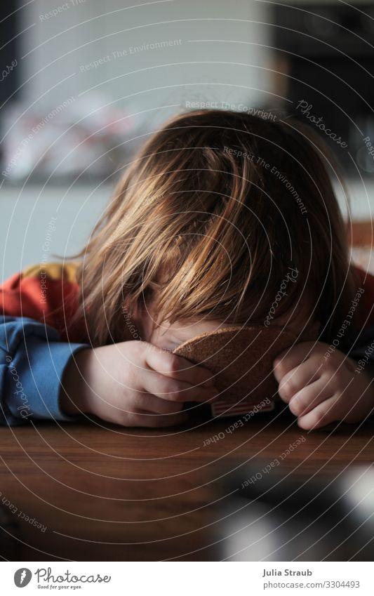 Kind verstecken wo bin ich Raum Tisch feminin Kleinkind Mädchen 1 Mensch 3-8 Jahre Kindheit Pullover brünett kurzhaarig Pony Kork Untersetzer Holz sitzen frech