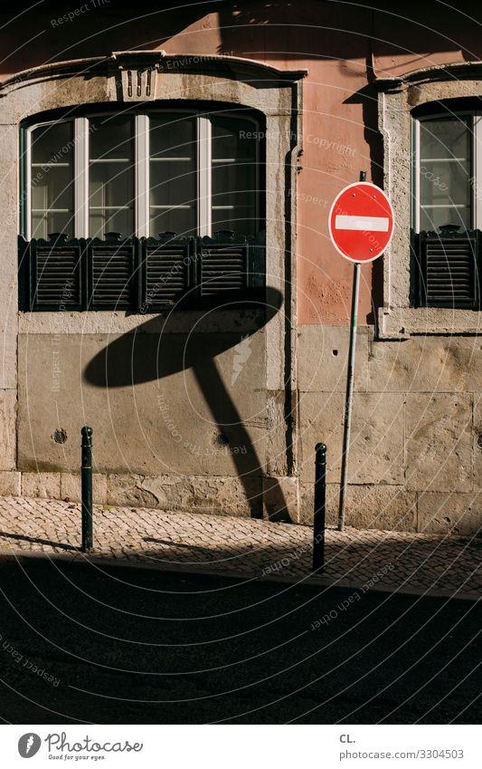 - Lissabon Portugal Stadt Menschenleer Haus Mauer Wand Fenster Verkehr Verkehrswege Straßenverkehr Wege & Pfade Verkehrszeichen Verkehrsschild Poller