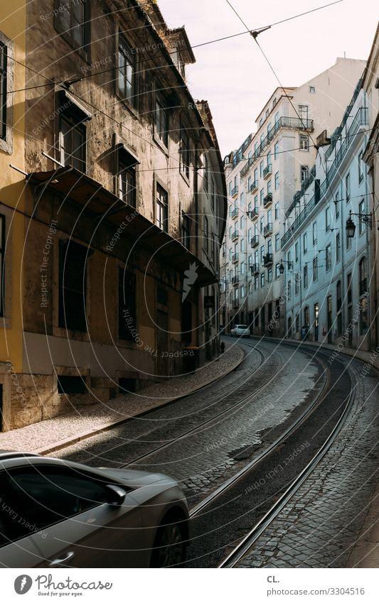 kurve Stadt Haus Straße Wege & Pfade PKW Verkehr Europa Städtereise fahren Stadtzentrum Gleise Verkehrswege Mobilität Fahrzeug Kurve Autofahren