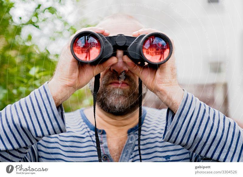 Mann schaut durch ein Fernglas in die Weite Mensch maskulin Erwachsene beobachten entdecken Erwartung Inspiration Problemlösung Neugier Perspektive Präzision