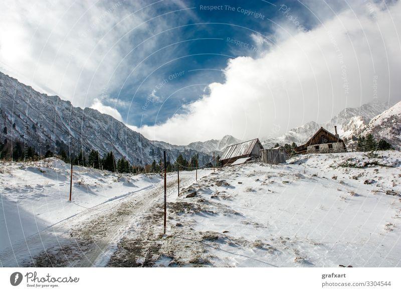 Berghütte mit Schee und hohen Bergen im Winter in Österreich alm Alpen alpin alt bauernhof berg eis europa friedlich gebirge haus himmel hoch hügel klima