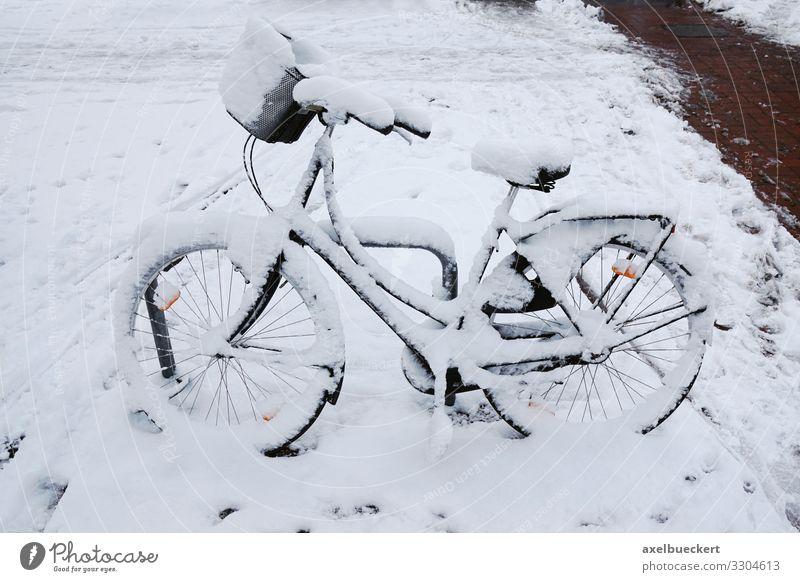 eingeschneites Fahrrad Lifestyle Winter Klima Wetter Eis Frost Schnee Schneefall Stadt Verkehr Verkehrsmittel Verkehrswege Straßenverkehr Fahrradfahren