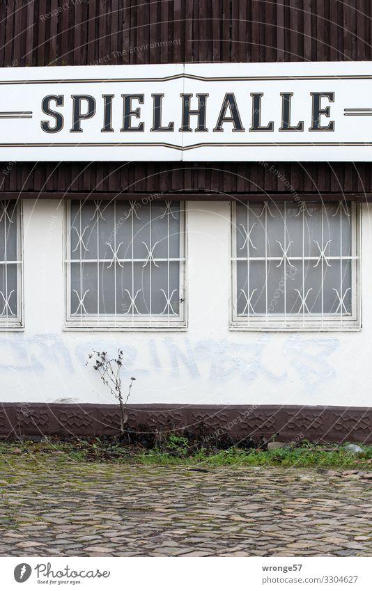 = SPIELHALLE = alt Stadt grün weiß Haus Fenster schwarz Gebäude Spielen braun Fassade Freizeit & Hobby Schriftzeichen Schilder & Markierungen Vergänglichkeit