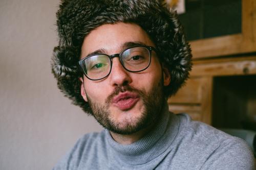 Bussi vom Honigkuchenpferd Mensch Jugendliche Mann schön Junger Mann 18-30 Jahre Erwachsene Liebe maskulin Romantik Brille Fell Verliebtheit Bart Küssen Mütze