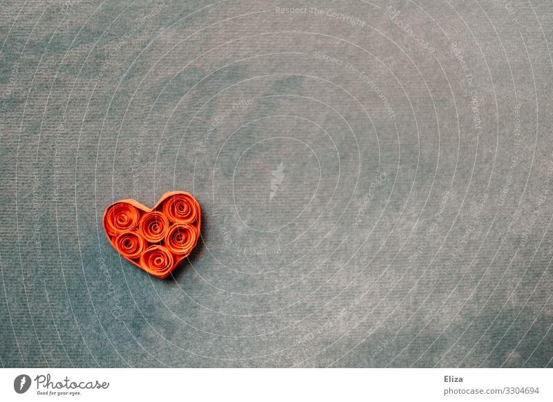 Ein aus Papier gebasteltes Herz auf blauem Hintergrund Valentinstag Liebe Muttertag Hochzeit Verliebtheit rot türkis Romantik Farbfoto Innenaufnahme