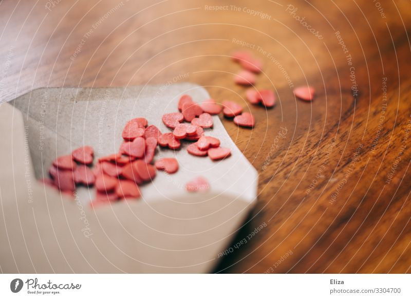 Ein Briefumschlag der mit vielen kleinen rosa herzen gefüllt ist, Liebesbrief, Kommunikation zwischen Paaren Valentinstag Botschaft Muttertag Hochzeit