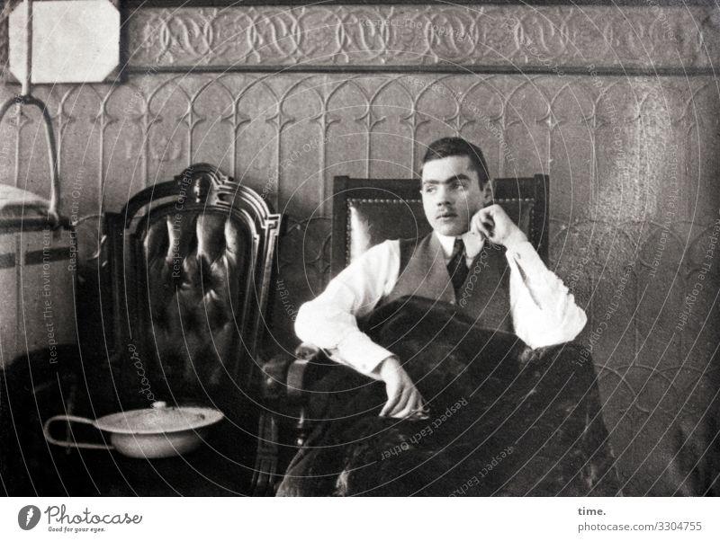 Zeitgeschichte | im Lazarett 1915 frustriert zimmer grau Bettpfanne sitzen sessel bett nachdenklich anzug kurzhaarig aufgestützt Blick zur Seite müde decke Wand
