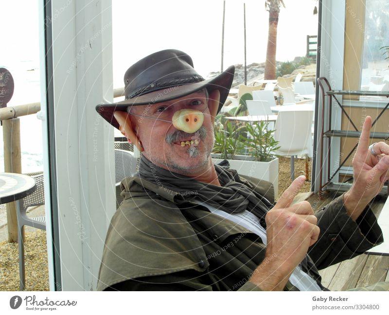 Schwein gehabt Lifestyle Freude Strandbar Mensch maskulin Mann Erwachsene Leben Kopf Ohr Nase Mund Finger 1 45-60 Jahre Mantel Hut Oberlippenbart Kommunizieren