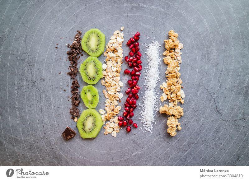 Vegane und biologische Zutaten für einen gesunden Snack. Frucht Dessert Frühstück Vegetarische Ernährung Diät authentisch frisch roh Schokolade Kokosnuss