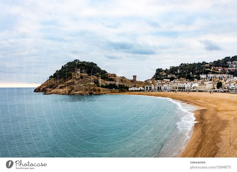 Luftaufnahme des Strandes und der Mauer von Tossa de Mar Ferien & Urlaub & Reisen Tourismus Sightseeing Meer Natur Landschaft Sand Himmel Wolken Gewitterwolken
