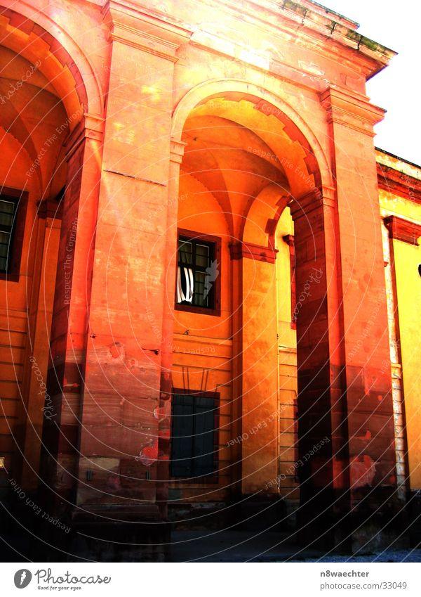 Portal Eingang Festung Grenzbefestigung gelb Fenster Architektur Tür Tor Säule Ehrenbreitstein Sonne hell orange oker Kontrast Rahmen Stein Maserung